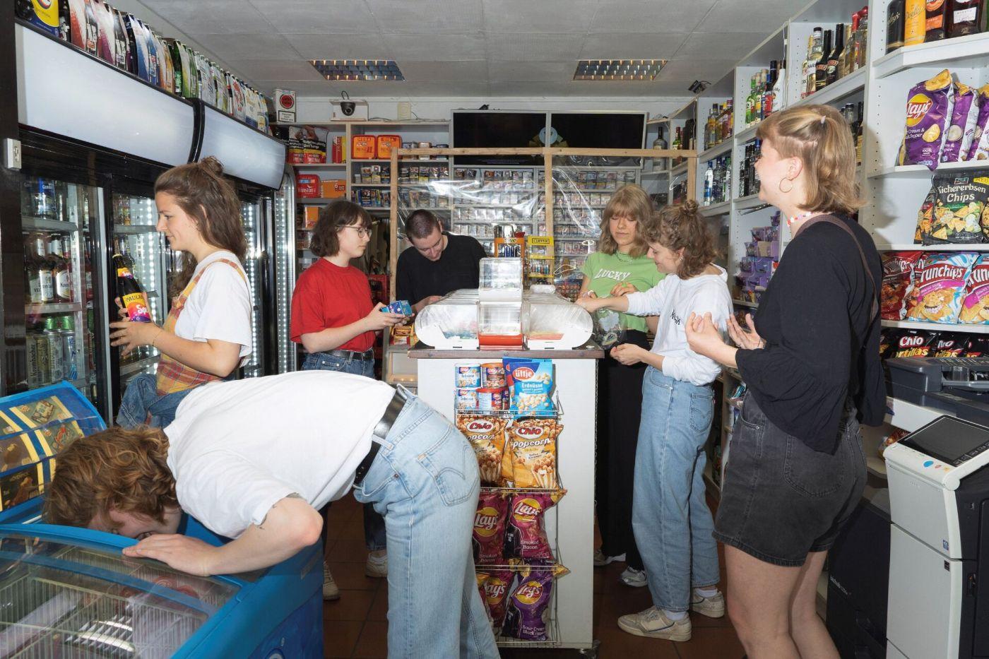Studierendenteam vom kiosk-Magazin im Kiosk (Foto: Leon Krämer)