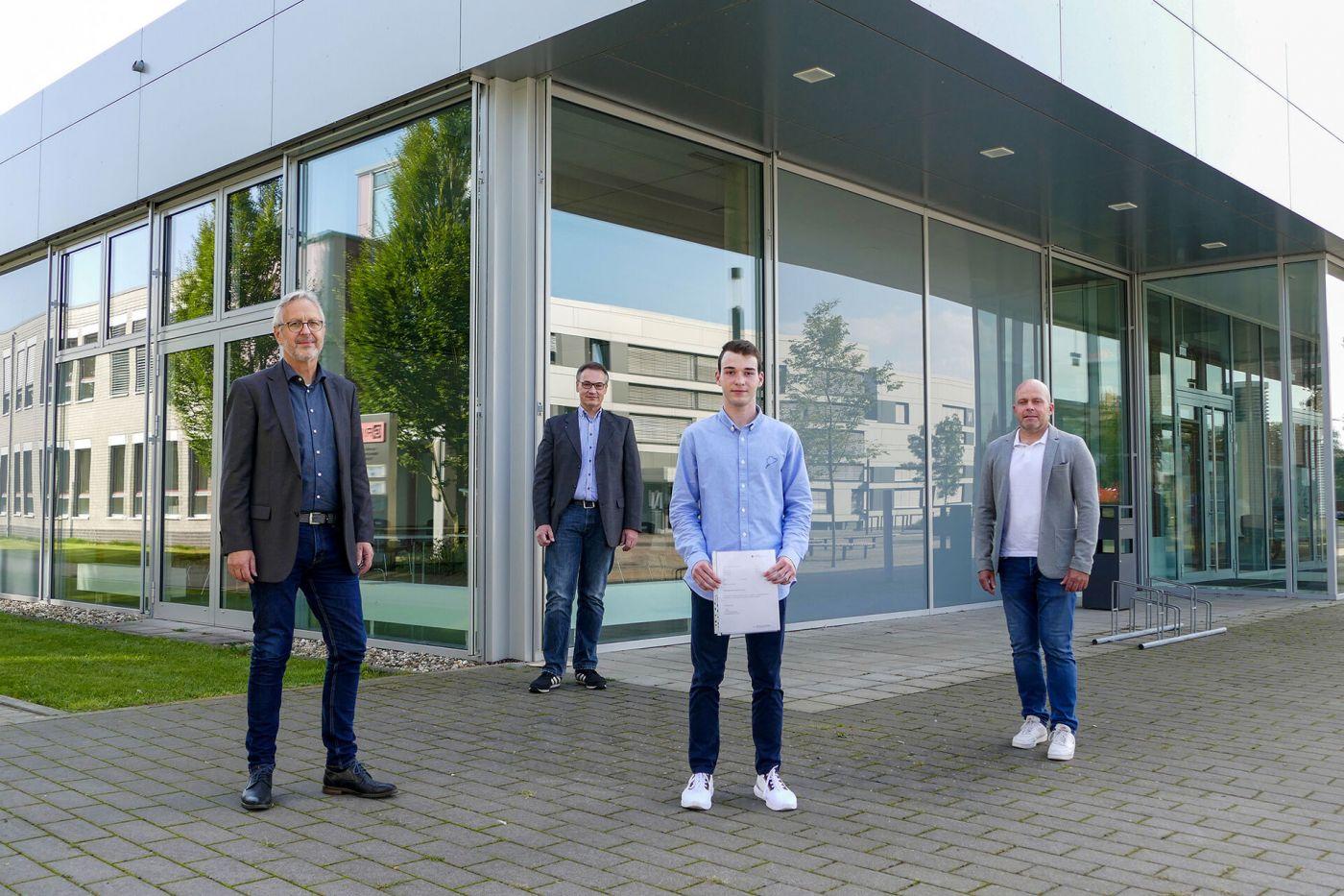 Prof. Effinger, Prof. te Vrugt, Lehrer Oliver Glaser und Schüler Johannes Frank stehen auf dem Steinfurter Campus.  (Foto: FH Münster/Jana Schiller )